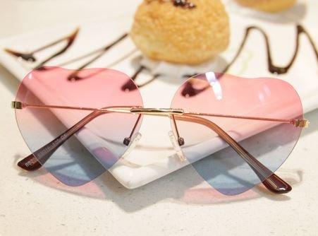 おしゃれで かわいい グラデーション ハート × バイカラー サングラス 紫外線対策 (ピンク&ブルー)