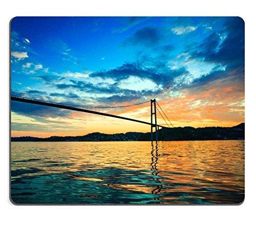 mousepads-migliore-al-tramonto-cielo-azzurro-nuvoloso-al-di-sopra-di-una-superficie-del-mare-e-ponte
