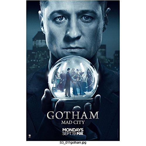 Gotham (TV Series 2014 - ) 8 Inch x10 Inch Photo Ben McKenzie Holding Snow Globe FOX Poster kn