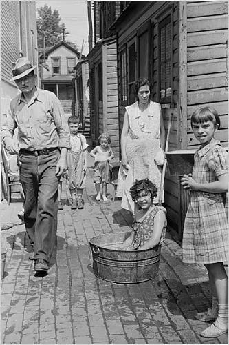 Scene in alley on east side of Ambridge, Pennsylvania, 1938