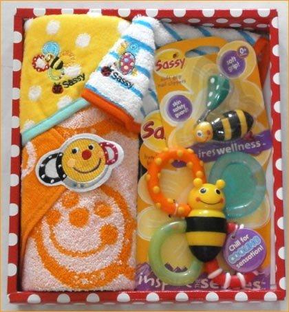 サッシーのギフトセット 可愛いベビースタイやタオルやおもちゃがいっぱい。出産祝いや贈り物にどうぞ