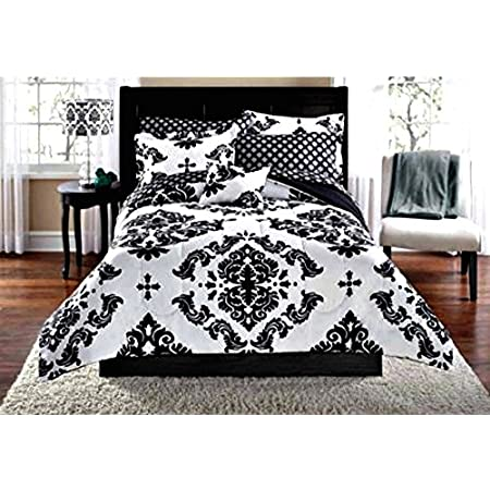 This black & white damask set adds a timeless yet modern look to any bedroom. The Complete Bedding Set features an impressive black and white damask pattern & coordinating sheets.  The set includes: 1- FULL Size Comforter, 1- Flat Sheet, 1- Fitted Sh...
