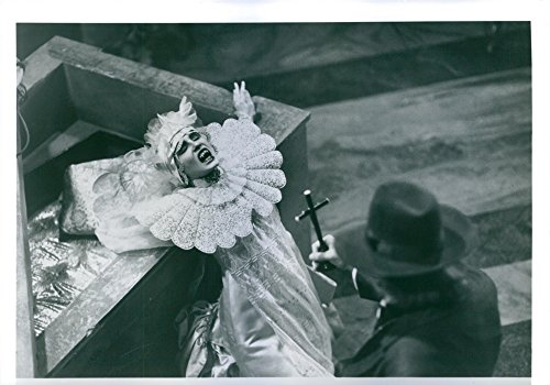 vintage-photo-of-sadie-frost-in-a-scene-from-bram-stokers-dracula