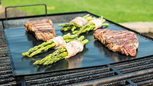 Set di 2 stuoie per griglia BBQ - Antiaderenti e riutilizzabili al 100% - Non contengono PFOA - Perfette per griglie a carbonella, a gas e per la Weber Style - I cibi non passano attraverso la griglia e non vengono bruciati dalla fiamma - Perfette per la cottura di carne, pesce e verdura - Facili da lavare, anche in lavastoviglie - prepara la tua griglia per la nuova stagione e per tanti barbecue con gli amici!