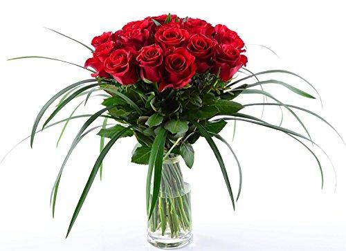blumenversand-20-stuck-rote-rosen-als-blumenstrauss-mit-grassern-arrangiert