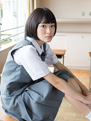 制服姿の生駒里奈さん