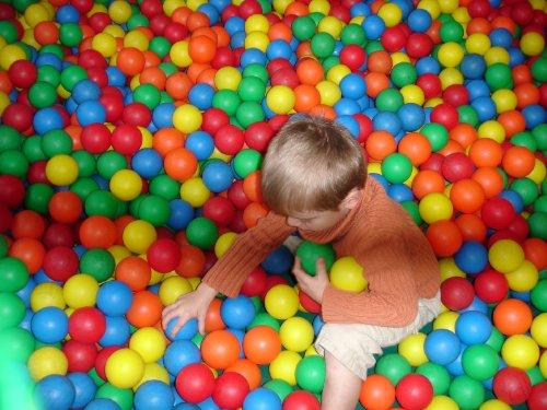 100 Play Balls For Ball Pit - Playpen Balls - Ball Pit Balls - Plastic balls - Ball Pool Balls in a netbag, 6cm diameter