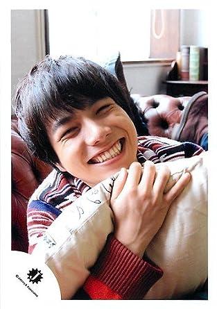 クッションをぎゅっと抱きしめて満面の笑顔の重岡大毅
