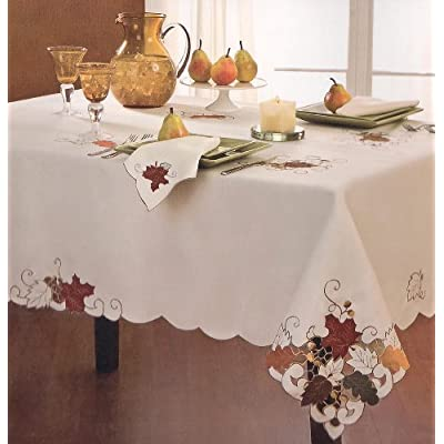 Sam hedaya table linens sterling forest 70 for How to set a round table for thanksgiving