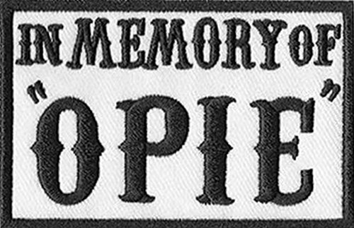 "Toppa da motocicletta con scritta ""In Memory of Opie"" (dalla serie ""Sons of Anarchy""), 7.6 x 5 cm, nera Dalla serie ""Sons of Anarchy""."