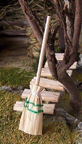 Strohbesen flach, Größe ca. 9 cm.. Krippenwerkzeuge, Weihnachtskrippe. W030.