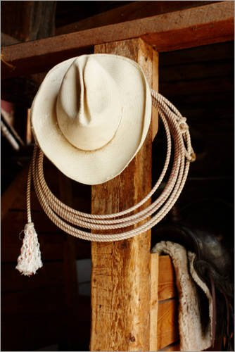 Stampa su legno 20 x 30 cm: Cowboy hat hanging in barn with rope. di Nash Photos / Getty Images