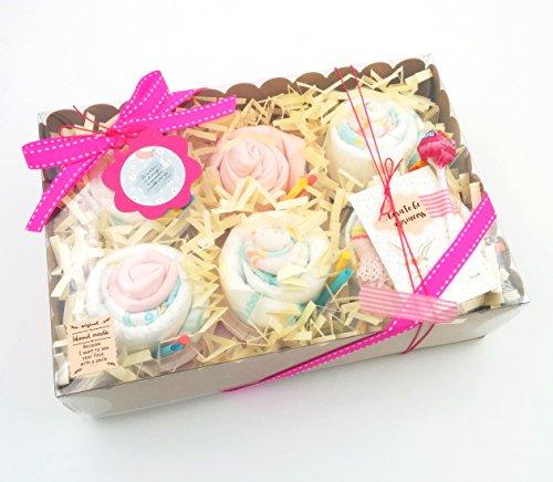 Scatola di Cupcakes fatti con: Body, Cappellino, Calzini per Neonato (1-6 mesi, tutto è di marca e in cotone), Salviettina in Bambú Riutilizzabile e Pannolini DODOT | Baby Shower Gift Idea | Idea Regalo Originale e Personalizzabile | Versione per Femminucce