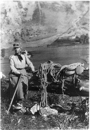 Photo Fannie Bullock Workman posed on mountain with mountain climbing gear