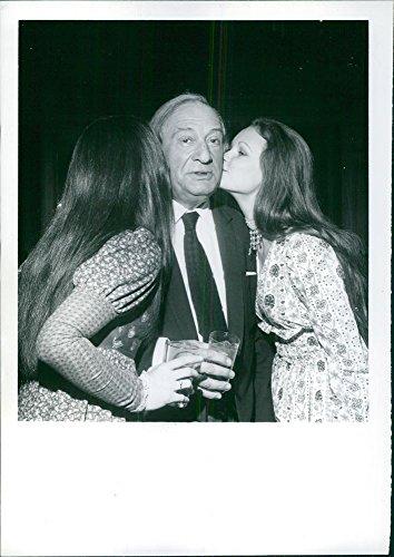 """Vintage Photo de Sam Spiegel, producteur de """"Nicolas et Alexandra, devient bussed par deux de ses Actrices, Candace glendenning et Fiona Fullerton, à cocktail party le Nouveau Anglais chanteurs à Hollywood."""