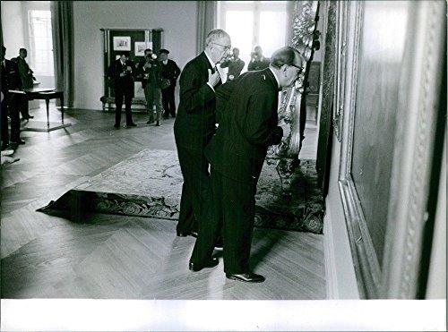 Vintage Photo de kungaparet frakrikr dans le musée Looking toutes les peintures. 1963