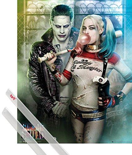 Poster + Sospensione : Suicide Squad Mini Poster (50x40 cm) Joker And Harley Quinn E Coppia Di Barre Porta Poster Trasparente 1art1®