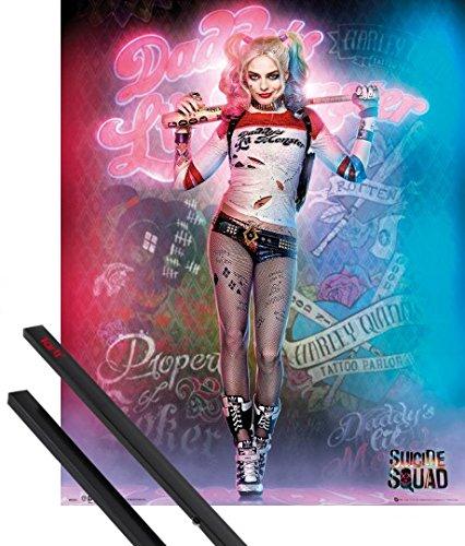 Poster + Sospensione : Suicide Squad Mini Poster (50x40 cm) Harley Quinn, Daddy's Lil Monster E Coppia Di Barre Porta Poster Nere 1art1®