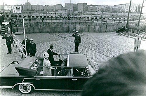 Vintage Foto della Regina Elisabetta II e il principe Filippo, Duca Di Edimburgo con due funzionari Arriving in loro open-top auto.