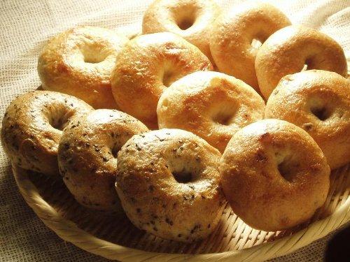 天然酵母の食べて健康ベーグルセット。   ※全粒粉100%ベーグル(3個)、プレーンベーグル(3個)、ごまベーグル(3個)、チョコベーグル(2個)です。
