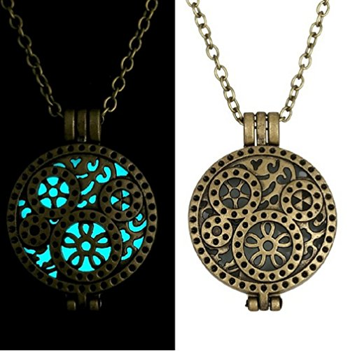 collana-con-pendente-rotondo-e-motivo-ingranaggi-effetto-luminoso-blu-al-buio-luminescente-glow-in-t