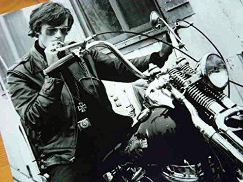 大きな写真、「イージー・ライダー」バイクとタバコのピーター・フォンダ