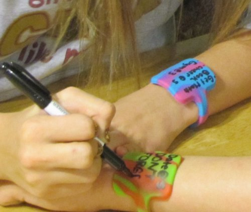 Scribbleband Wristband for Notes (Pink/Blue Swirl; Regular/6.75ins) - beats writing on your hand!