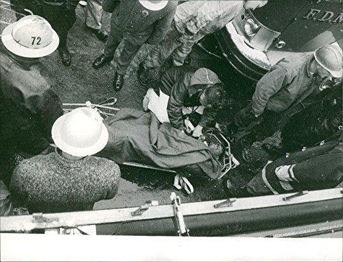 vintage-una-foto-de-dando-tratamiento-medico-doctor-a-heridos-persona-de-tomar-un-avion-en-nueva-yor