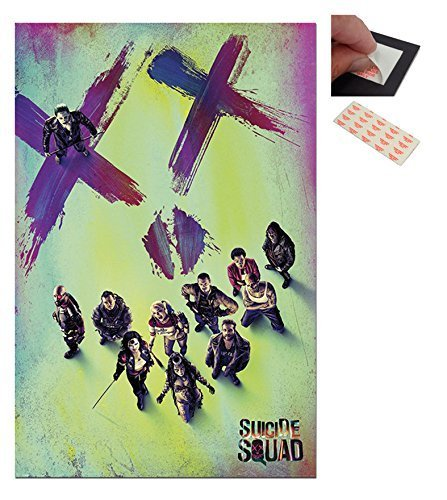 Fascio - 2 Articoli - Suicida Squad DC Comics Poster Del Film - 91.5 x 61cm (91.4x61cm) e un Set di 4 Cuscinetti Adesivi Riposizionabili Per Facile Fissaggio a Parete