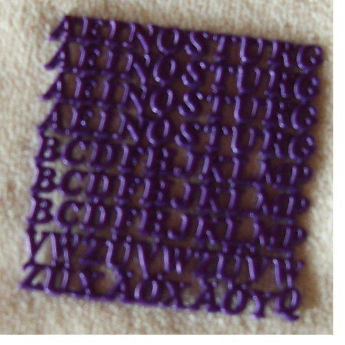 wachsbuchstaben gro buchstaben in lila. Black Bedroom Furniture Sets. Home Design Ideas