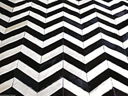Hand-stitched Natural Cowhide Leather Rug \'Black & White Chevron\' (5\'x7\' (150cm x 210cm) L Area Rug)