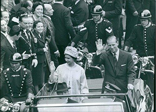 Photo Vintage della Regina Elisabetta II con principe Filippo, Duke of Edinburgh su una parata nella top down car. 1961.