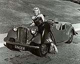 ブロマイド写真★マリリン・モンロー/白黒/クラッシックカーに寄り添う前進