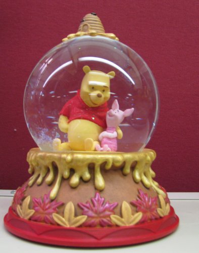 Hallmark Disney Collection CLX2005 Winnie the Pooh Water Globe
