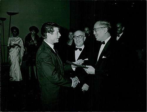 vintage-photo-of-manitas-de-plata-is-hand-shaking-with-third-secretary-general-of-the-united-nations