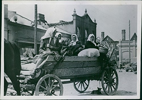 vintage-photo-of-1941-lithuanian-women-returning-to-their-abandoned-farms