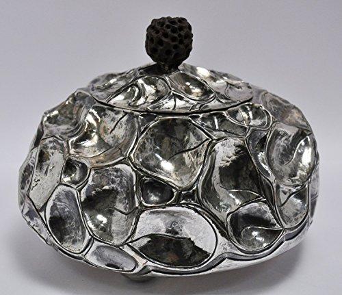 Scatola del tè in argento 925/000 sbalzato e cesellato; Interno dorato; pomolo in legno Argento 925/000 grammi 700 diametro cm 18