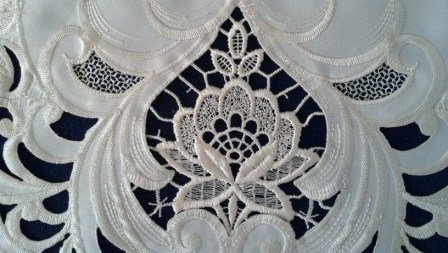"15"" Round Doily Or Placemat With Ivory Lace And Embroidery front-1024093"