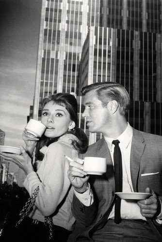 moviestore-audrey-hepburn-als-holly-golightly-unt-george-peppard-als-paul-fred-varjak-in-breakfast-a