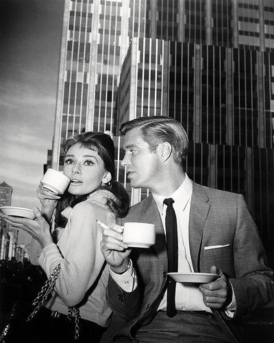 audrey-hepburn-de-holly-golightly-et-george-peppard-de-paul-fred-varjak-in-breakfast-at-tiffanys-25x