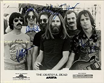 THE GRATEFUL DEAD - PHOTOGRAPH SIGNED CO-SIGNED BY: THE GRATEFUL DEAD (JERRY GARCIA), THE GRATEFUL DEAD (PHIL LESH), THE GRATEFUL DEAD (ROBERT WEIR), THE GRATEFUL DEAD (BRENT MYDLAND), THE GRATEFUL DEAD (MICKEY HART)