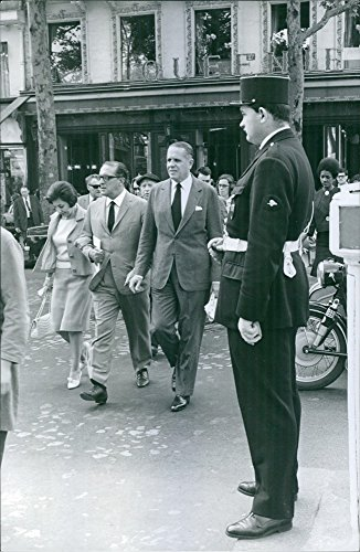 vintage-photo-of-carlos-lacerda-walking-in-the-streets-with-his-entourage