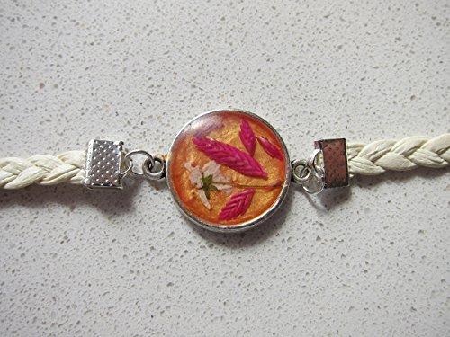 pulsera-realizada-con-flores-secas-con-resina-de-cristal-en-tonos-naranja-y-rosa-y-cuero-beige-trenz