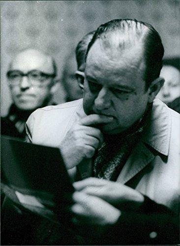vintage-foto-de-politico-frances-raymond-barre-lee-un-informe-de-la-amoco-cadiz-aceite-desastre-1978