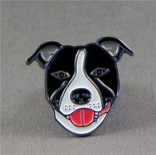 broche-en-metal-emaille-motif-chien-terrier-staffordshire-bull-terrier-noir-blanc