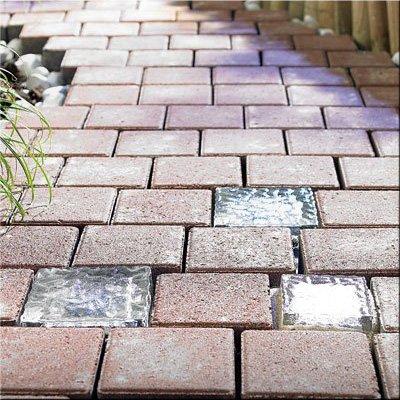 Bodenleuchte 'GLASS BLOCK 100′ mit Lichtsensor – Glasbaustein mit Solarleuchte: Mit diesem effektvollen Pflasterstein setzen Sie extravagante Lichtpunkte in Ihrem Garten!