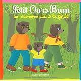Petit ours brun se promène dans la forêt