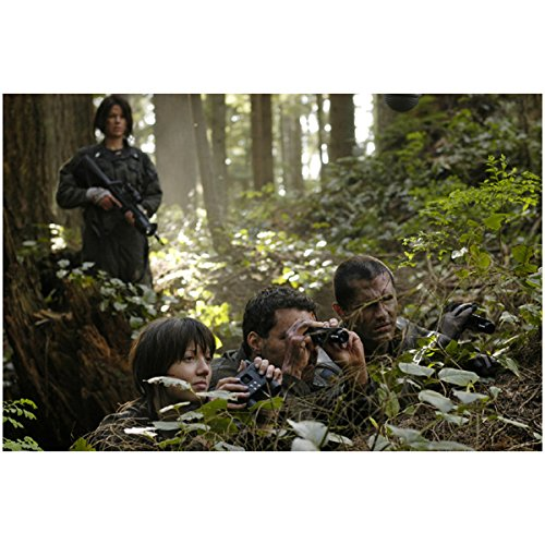 Chief Galen Tyrol, Cally Henderson, And Others With Binoculars On Caprica - Battlestar Galactica 8X10 Photograph - Hq - Bsg