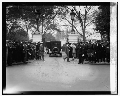 Crowds outside White House during funeral of Sen. Wallace,10/27/24