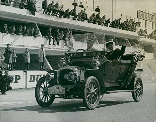 vintage-photo-of-people-looking-at-delahaye-car-from-around-1910-driven-by-people-in-period-dress